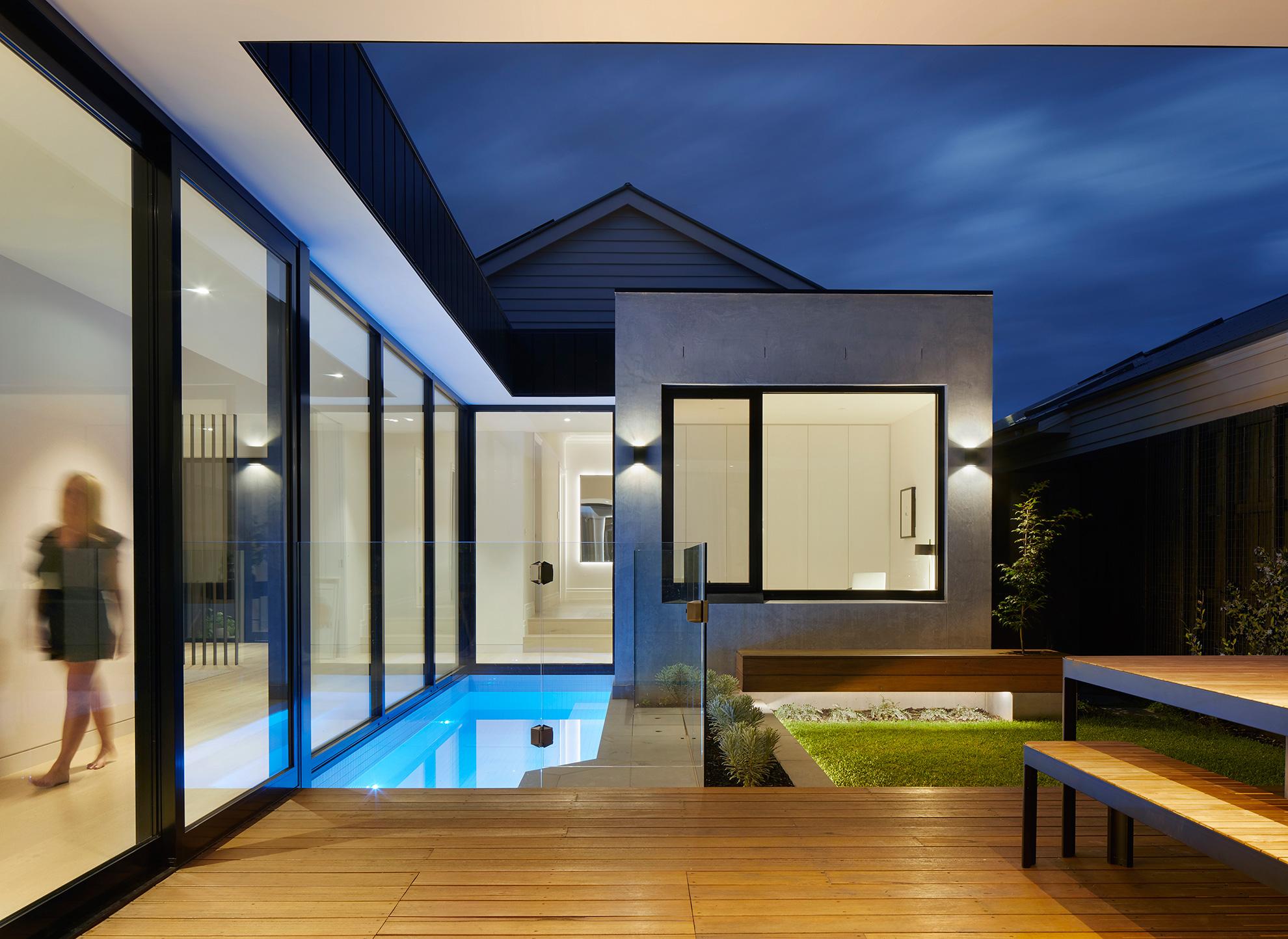 u-house-thornbury-entrance-courtyard-night-ckarch