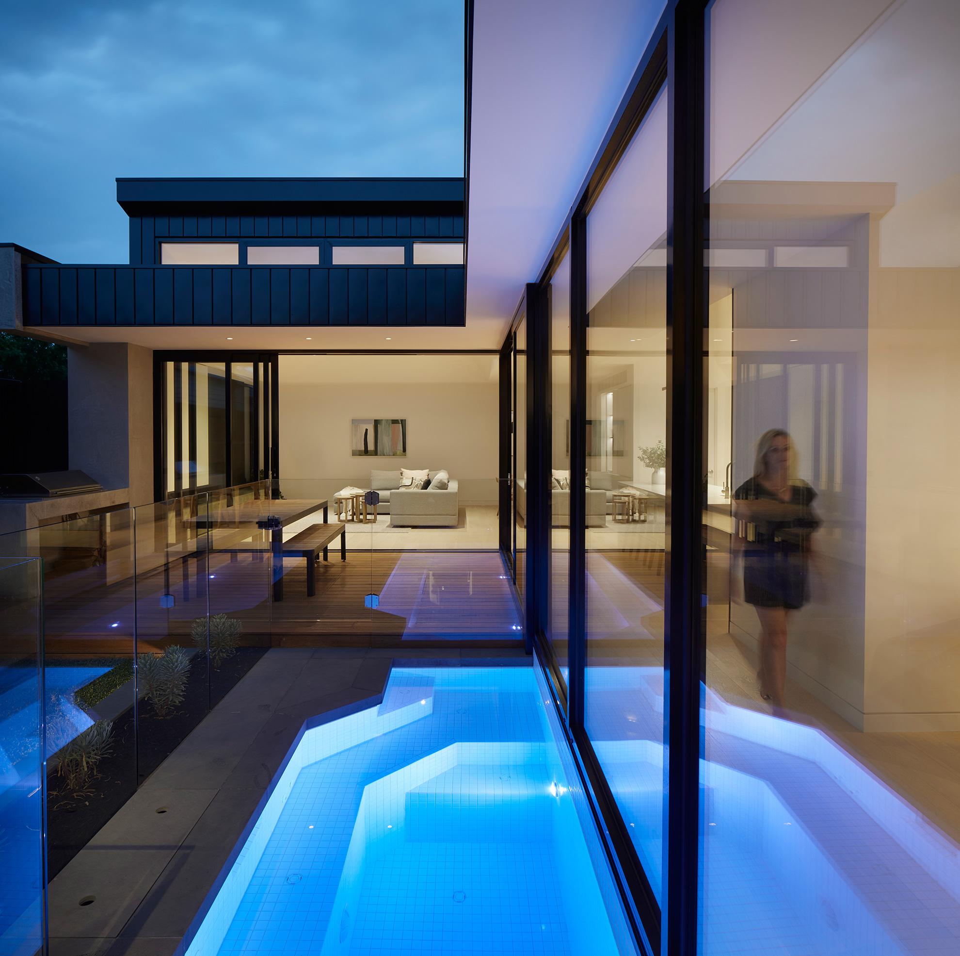 u-house-thornbury-night-pool-courtyard-ckarch-low-res
